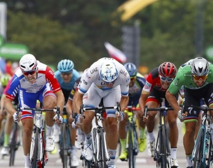 Peter Sagan streaks to third Tour de France victory after masterful sprint on stage 13